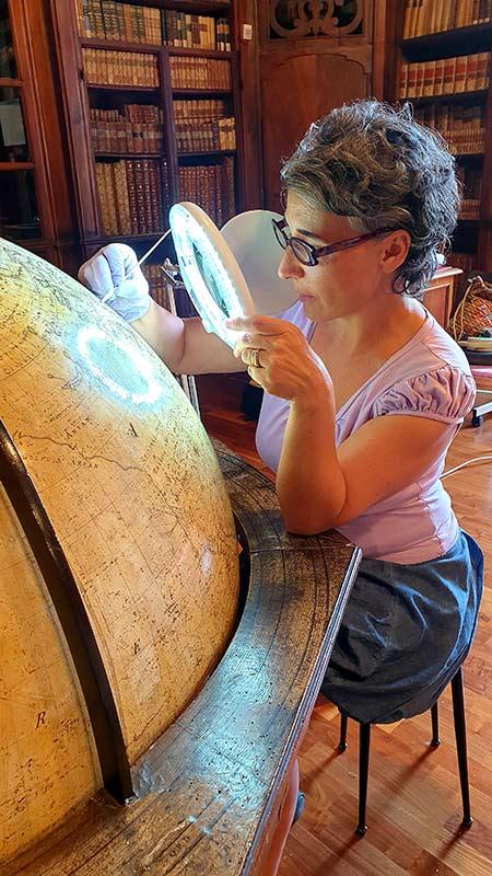 Francesca Telli restaura il mappamondo settecentesco